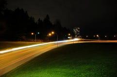 与汽车光足迹的夜风景 库存图片