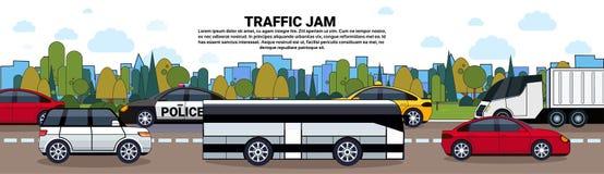 与汽车和公共汽车的交通堵塞海报在城市大厦背景的路 向量例证