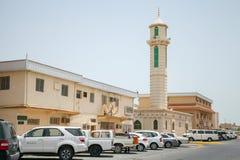 与汽车和清真寺尖塔,沙特阿拉伯的街道视图 库存照片