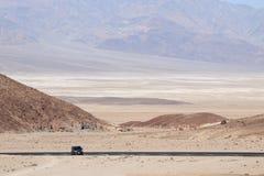 与汽车的停车场在艺术家在死亡谷国民的` s驱动 免版税库存照片