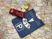 与汽车和路线图的停车处卡片 库存照片