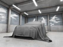 与汽车的老肮脏的车库 免版税图库摄影