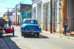 与汽车的Streetlife在特立尼达,古巴 免版税库存照片