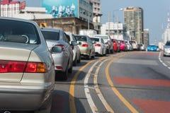 与汽车行的交通堵塞在高速公路的 免版税库存照片