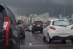 与汽车行的交通堵塞  免版税库存照片
