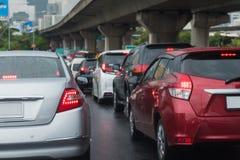 与汽车行的交通堵塞  库存照片