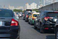 与汽车行的交通堵塞  免版税图库摄影