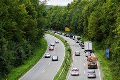 与汽车行的轻的交通堵塞  在高速公路的交通 免版税库存图片
