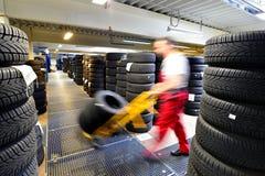 与汽车轮胎的百货商店在车库-装胎变动 免版税库存图片