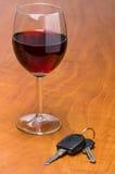 与汽车钥匙的酒杯 免版税库存图片