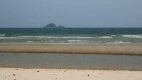 与沉寂的波浪有风海岸在海滩 股票录像