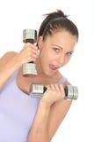 与沉默寡言的响铃重量的健康少妇训练 免版税库存图片