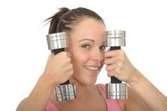 与沉默寡言的响铃重量的健康愉快的适合少妇训练 库存照片