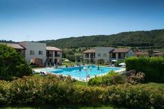 与沐浴者旅客的游泳池在意大利 库存图片