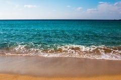 与沙丘的希腊海滩和绿松石浇灌 库存图片