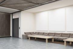 与沙发、咖啡桌和电梯的等候室 免版税库存图片
