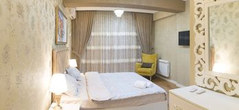 与沙发和地毯的客厅设计 免版税库存照片