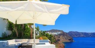 与沙发和桌的海视图大阳台在豪华旅馆,圣托里尼海岛,希腊 免版税库存照片