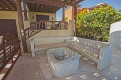 与沙发和桌的露台地区在豪华热带假日vill 免版税库存图片