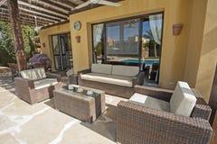 与沙发和桌的露台地区在豪华热带假日vill 库存照片