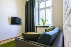 与沙发和电视的空间 免版税库存照片