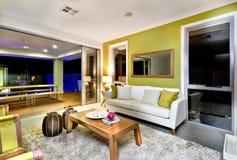 与沙发和花梢装饰的豪华客厅内部 免版税库存图片