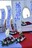 与沙发和花的婚礼场面 免版税图库摄影