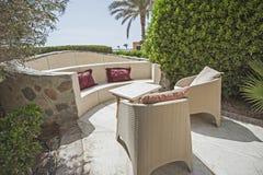 与沙发就座区域的露台在热带的豪华的地区和桌 免版税库存照片