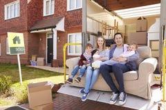 与沙发的家庭在撤除卡车移动的家尾巴推力  免版税库存图片