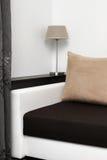 与沙发的空间在墙壁上的内部和架子 库存照片