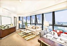 与沙发集合近的城市的现代客厅内部 库存照片