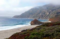 与沙子峭壁和波浪的坚固性加利福尼亚海岸线 免版税库存图片
