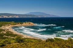 与沙子海滩的希腊海湾 免版税库存图片
