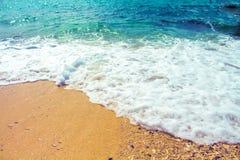 与沙子海滩的海边风景和海挥动 土耳其玉色热带海盐水湖为完善的假期 免版税图库摄影