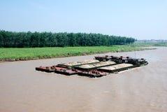 与沙子的三只货船在长江 图库摄影