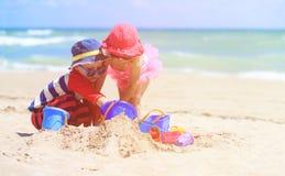 与沙子的孩子戏剧在夏天海滩 免版税库存图片
