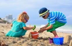 与沙子的孩子戏剧在夏天海滩 免版税库存照片