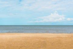 与沙子的海视图 库存图片
