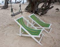 与沙子的海滩睡椅 免版税库存照片