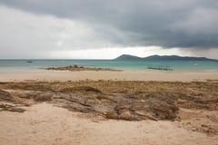 与沙子的海滩睡椅 库存图片