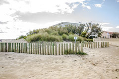 与沙子篱芭的沙丘 图库摄影
