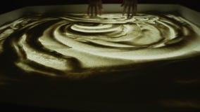 画与沙子 短的展示 在一个白色屏幕上的图画沙子 沙子艺术家女性手是一个主要计划 显示在 股票录像