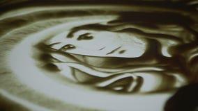 画与沙子 短的展示 在一个白色屏幕上的图画沙子 沙子艺术家女性手是一个主要计划 显示在 股票视频