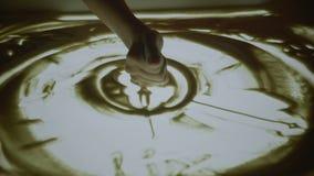 画与沙子 短的展示 在一个白色屏幕上的图画沙子 沙子艺术家女性手是一个主要计划 显示在 影视素材