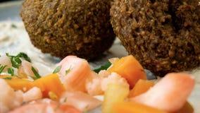 与沙拉三明治和菜的典型的黎巴嫩盘 图库摄影