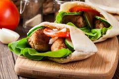 与沙拉三明治和新鲜蔬菜的皮塔饼面包 免版税库存照片