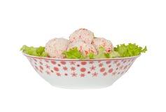 与沙拉叶子的螃蟹球 免版税图库摄影