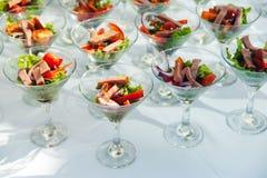 与沙拉和肉快餐的酒杯在招待会 承办酒席快餐服务 免版税库存图片