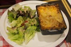 与沙拉菜法国人样式的烤宽面条食谱 库存照片