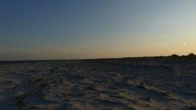 与沙滩和风平浪静的海景浇灌在日落 股票视频